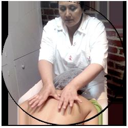Oumy faisant un massage ayurvédique dans son institut de beauté Paris 13e
